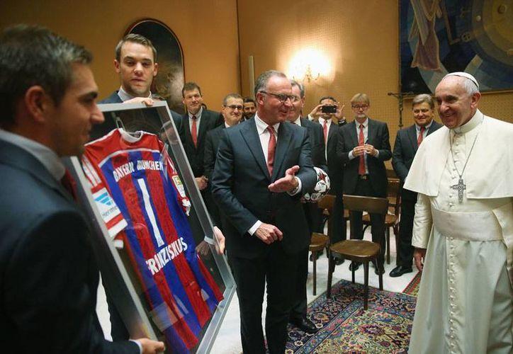 El Papa Francisco es ahora el número 1 del Bayern Munich... al menos en la playera que este miércoles los jugadores y directivos del club le entregaron al Pontífice, durante una visita al Vaticano. (AP)