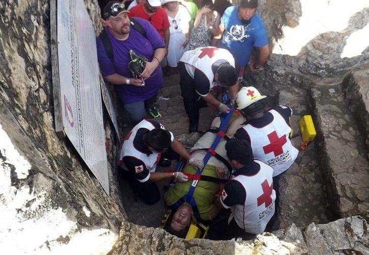 Paramédicos de la Cruz Roja atendieron a la extranjera en el cenote de Zací, en Valladolid. (Milenio Novedades)