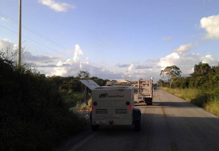 Los trabajos de la CFE incluyen el reemplazo de postes, conductores y equipos de energía eléctrica. (Ángel Castilla/SIPSE)