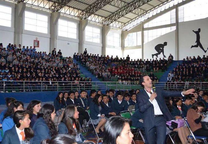 """""""Eres lo que publicas"""" ofreció seis conferencias en escuelas. Imagen de Roberto Ruz Saharur durante el evento en Ecuador. (Milenio Novedades)"""