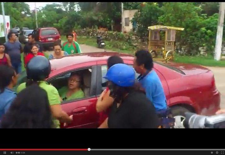 La maestra al momento de discutir con los manifestantes. (captura de pantalla de YouTube)