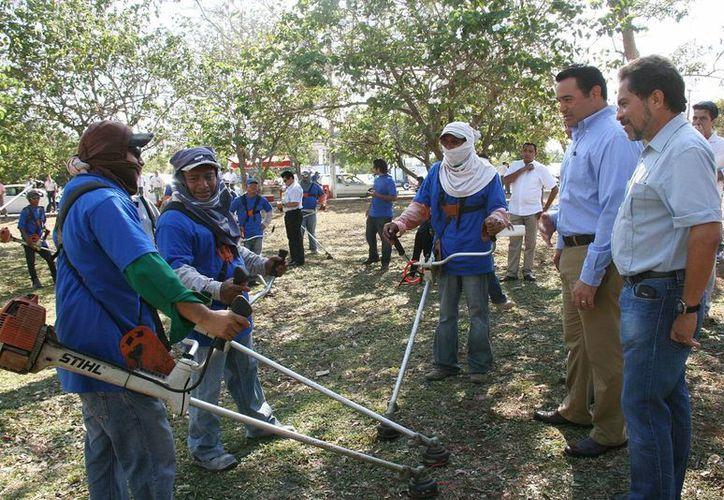 El alcalde Renán Barrera platica con trabajadores  que realizarán labores de limpia en parques de la capital. (SIPSE.com)