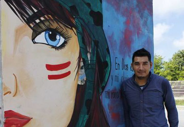 El artista plástico Raúl de Urbina elaborará un mural en Plaza Kukulcán de Cancún. (Andrea Aponte/SIPSE)