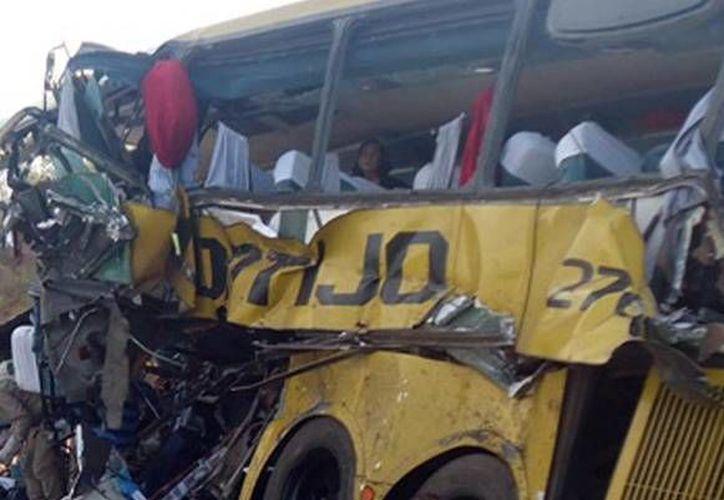 Al menos 14 personas murieron en un accidente carretero en Bahía, Brazil. 12 de las víctimas fallecieron en lugar y otras dos cuando eran trasladadas al hospital. (folhadosertao.com.br)