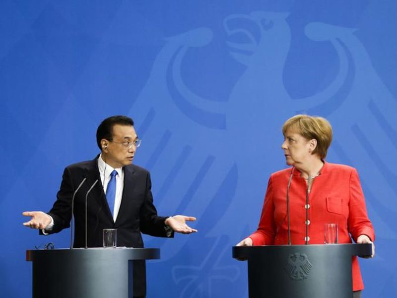 German chancellor Angela Merkel, right, and chinese Premier Li Keqiang look to spectators during a meeting in the chancellery in Berlin. (AP)