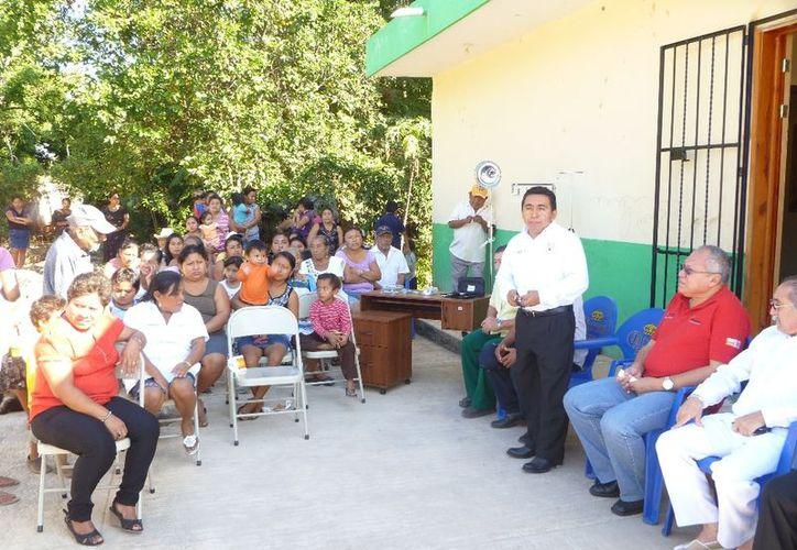 En la entrega de los apoyos se contó con la presencia de Martín Loria Novelo, jefe de la jurisdicción sanitaria número dos y del comisario ejidal. (Raúl Balam/SIPSE)