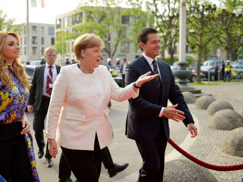 German Chancellor Angela Merkel, center, Mexico's President Enrique Peña Nieto, right, and his wife Angélica Rivera de Peña, left, arrive for the opening of the Hannover fair. (Novedades News).