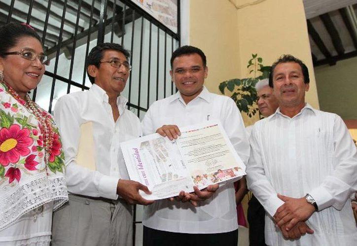 Ayer, el gobernador Rolando Zapata galardonó a Roger Juárez (i), ganador del primer Concurso Estatal de Artesanías Yucatán 2013. (Cortesía)