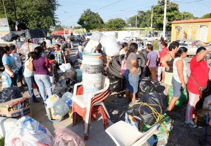 Cientos de ciudadanos canjean cacharros por artículos de primera necesidad. (Milenio Novedades)