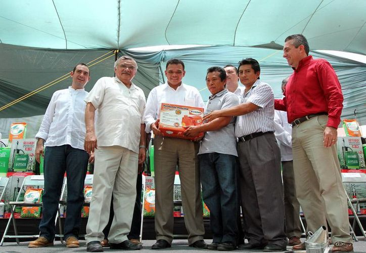 """Entrega de apoyos, del programa """"Peso a Peso"""", para la región oriente. (Milenio Novedades)"""
