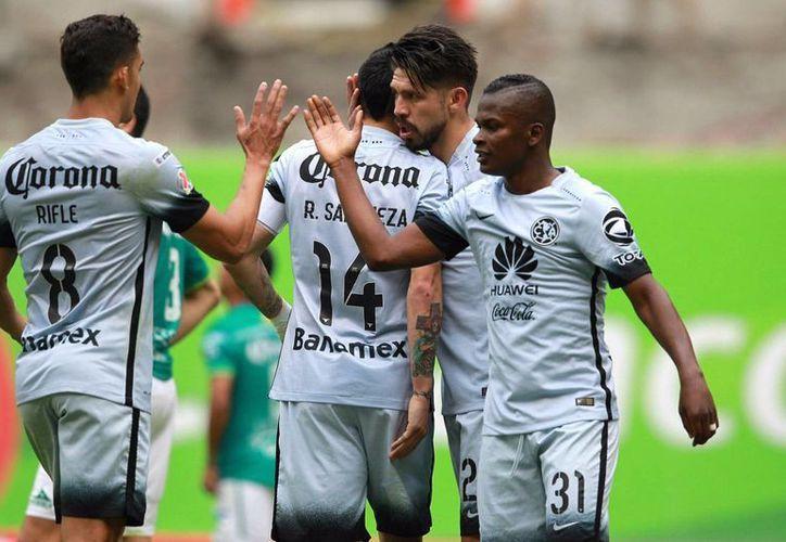 Aguilas del América van por su pase a semifinales de la Concachampions ante Santos Laguna este martes, en el Estadio Azteca. (Notimex)