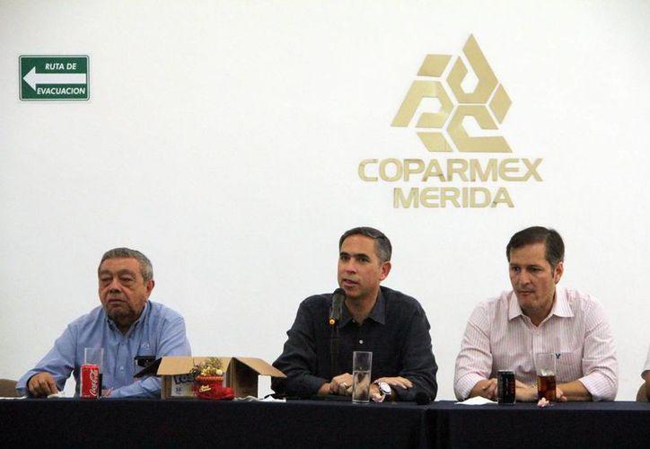 Nicolás Madáhuar Boehm (centro) señaló que el entorno en México no permite vislumbrar un buen 2015. (Milenio Novedades)