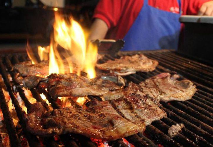 las personas que deseen vender la carne asada, deberán pagar una cuota. (Contexto/Internet)