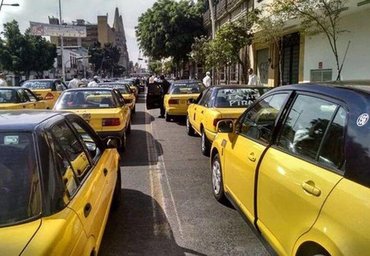 Alrededor de ocho mil vehículos de alquiler participaron en la marcha en contra de la entrada de Uber en Guadalajara. (@TalaNoticias)
