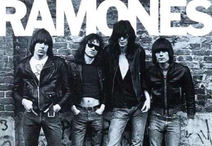 El disco 'The Ramones' de 1976 será reeditado en una edición limitada de menos de 20 mil copias numeradas. (Imagen tomada de Excelsior)
