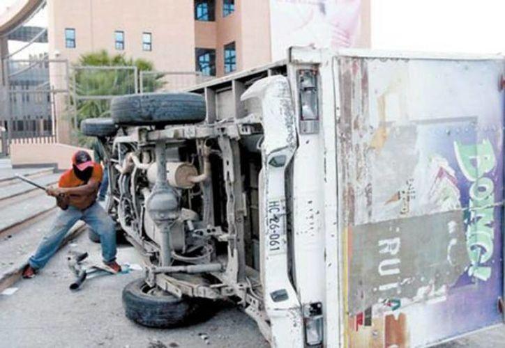 Hasta hace ocho días aún se tenían retenidos seis autobuses de pasajeros y 20 vehículos, entre tráileres, camionetas y unidades desvalijadas. (Javier Ríos/Archivo/Milenio)