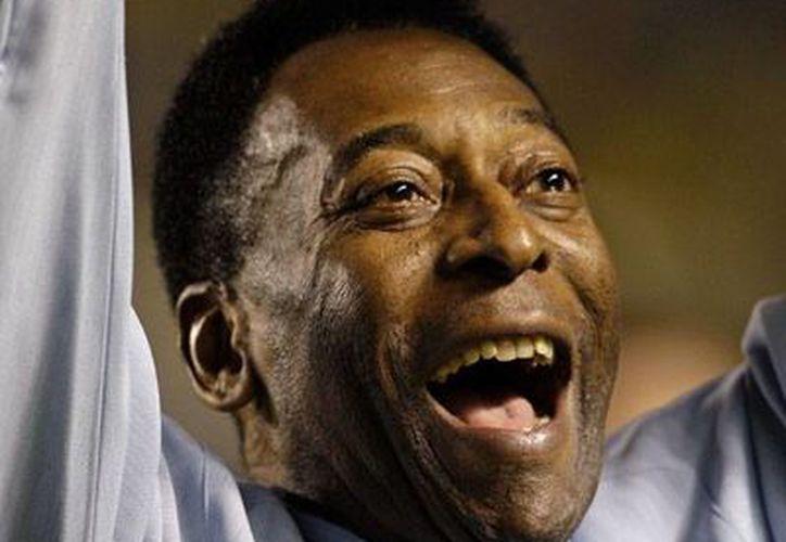 El estado de salud del Rey Pelé movió hoy a todo Brasil, luego de que se anunciara que el exastro del futbol mundial estaba en cuidados intensivos dle hospital Albert Einstein. Al final, todo fue un rumor. (Archivo/AP)