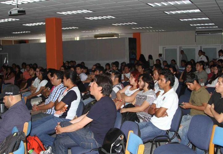 """El ciclo de conferencias denominado """"ExtraMuros"""" contó con la participación de firmas nacionales de gran impacto. (Harold Alcocer/SIPSE)"""
