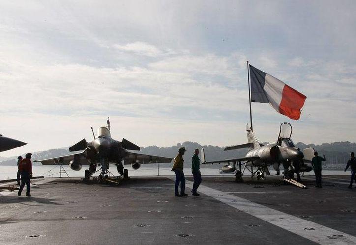 Marinos realizan maniobras a bordo del portaaviones francés 'Charles de Gaulle' antes de que zarpara, el miércoles 18 de noviembre de 2015, hacia el Golfo Pérsico para participar en acciones contra el Estado Islámico. (Foto AP/Claude Paris)