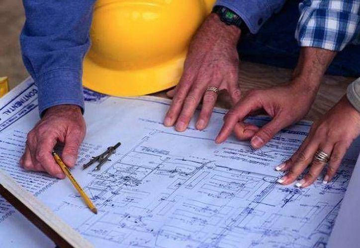 El ingeniero Alfonso González Fernández reveló proyectos a realizar en África, basados en un libro de Daniel Quintal Ic, secretario de Obras Pública de Yucatán. (SIPSE)