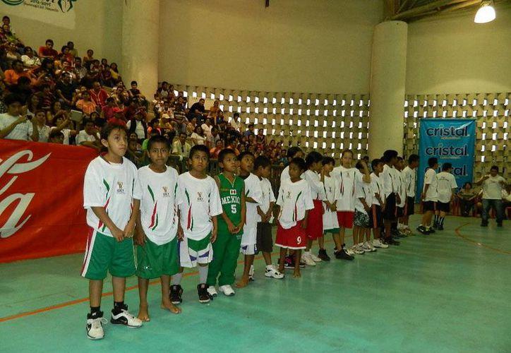 Niños basquetbolistas triquis durante su visita a Tizimín, el pasado 23 de noviembre. (SIPSE)