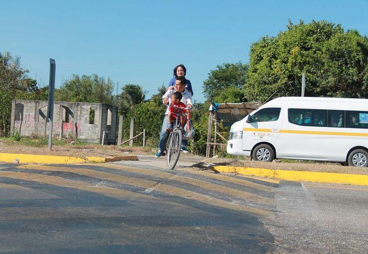 Piden que las autoridades correspondientes de tránsito estatal les coloquen topes que obligue a los automovilistas a disminuir su velocidad. (Javier Ortiz/SIPSE)