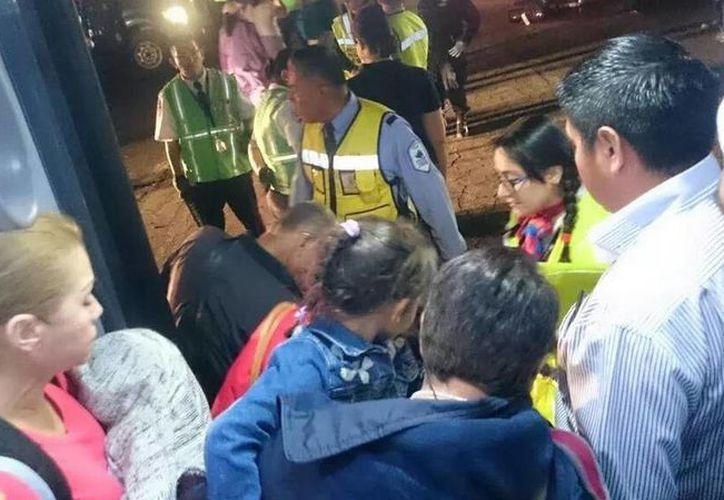 Por medio de las redes sociales los usuarios publicaron fotos del momento en que los pasajeros fueron desalojados del avión de Aeroméxico. (twitter/@MrElDiablo8)
