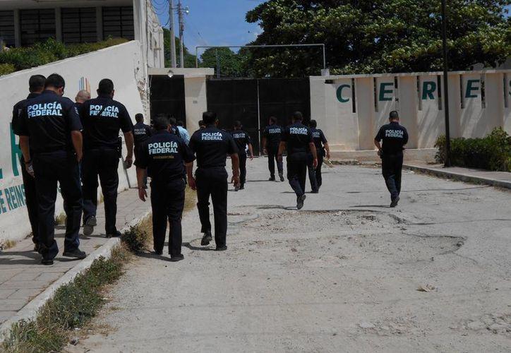 Momento en que entran al Cereso de Mérida los agentes federales. (Francisco Puerto/SIPSE)