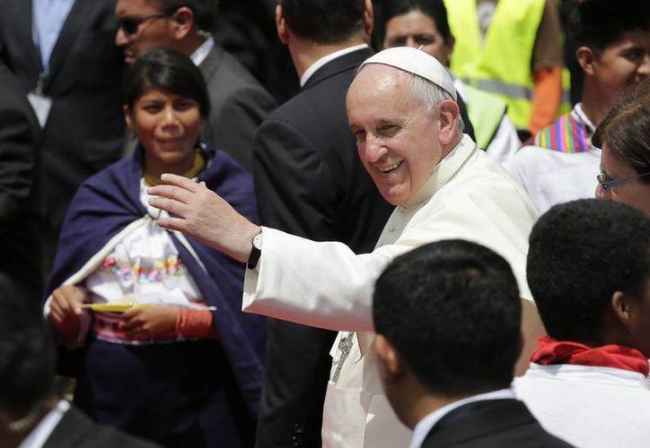 Papa Francisco al despedirse de los acuatorianos en el aeropuerto Mariscal Sucre, en Quito, Ecuador. (Agencias)