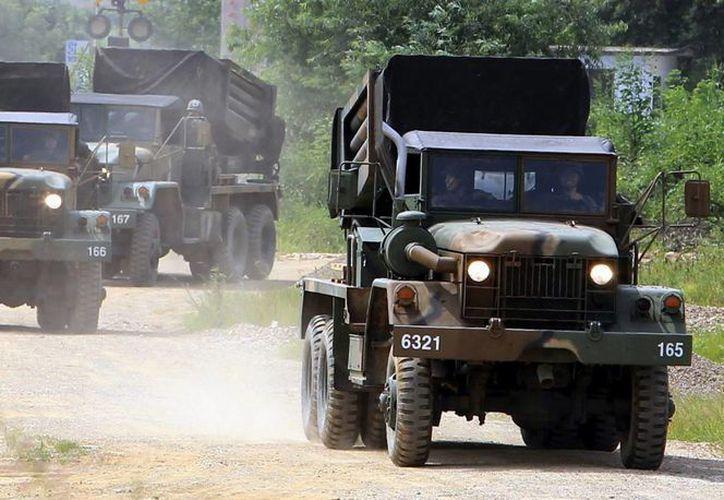 Soldados surcoreanos colocan un lanzacohetes en un campo en Yeoncheon, Corea del Sur. (EFE)