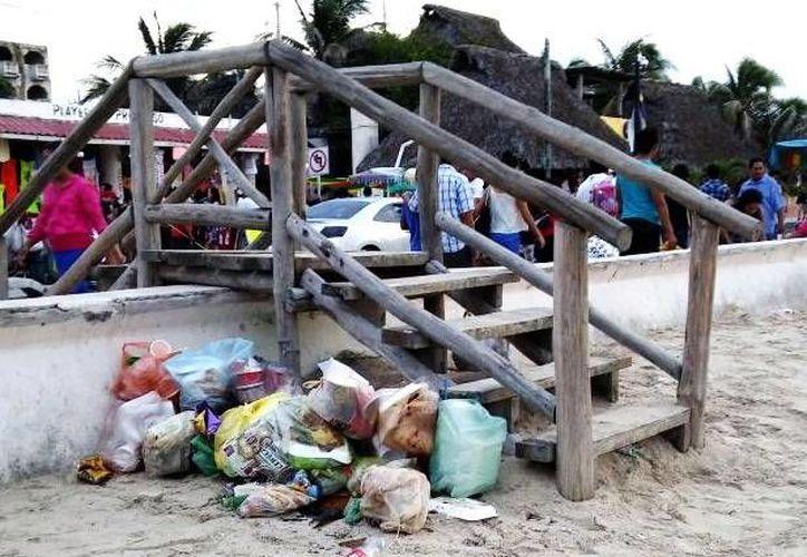 El Malecón de Progreso brinda una mala imagen hacia los turistas, ya que en muchas ocasiones se acumula la basura por la falta de botes. (Milenio Novedades)