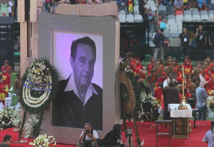 Todavía no hay planes de hacer un filme sobre Roberto Gómez Bolaños, 'Chespirito', pero su hijo adelantó que sí hay planes para publicar sus obras literarias. En la foto, homenaje a Chespirito, el año pasado en el Estadio Azteca. (Notimex)