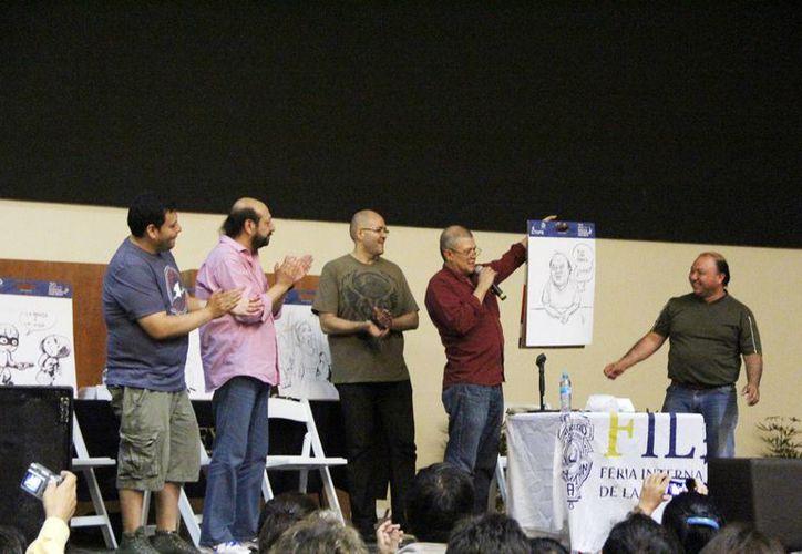 Caricaturistas de renombre enseñan su trabajo a los lectores de la Filey. (Milenio Novedades)