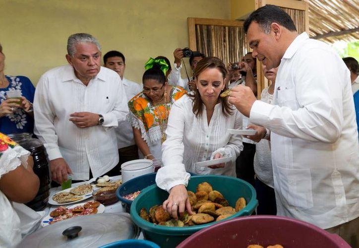 La titular de Sectur, Claudia Ruiz-Massieu, y el gobernador de Yucatán, Rolando Zapata Bello, durante un recorrido en el parador turístico de Pixilá, hace unos meses. (Milenio Novedades)