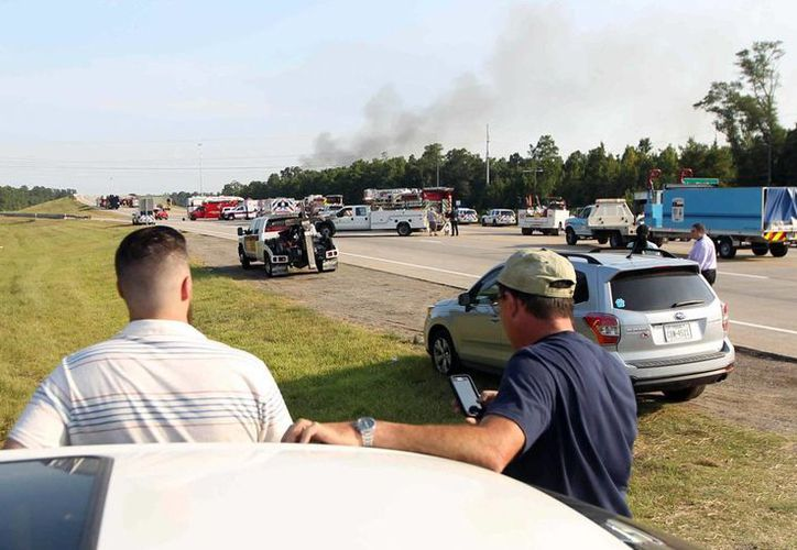 Las llamas que consumieron la planta DrillChem causaron una densa columna de humo que era observable a kilómetros de distancia. (AP)