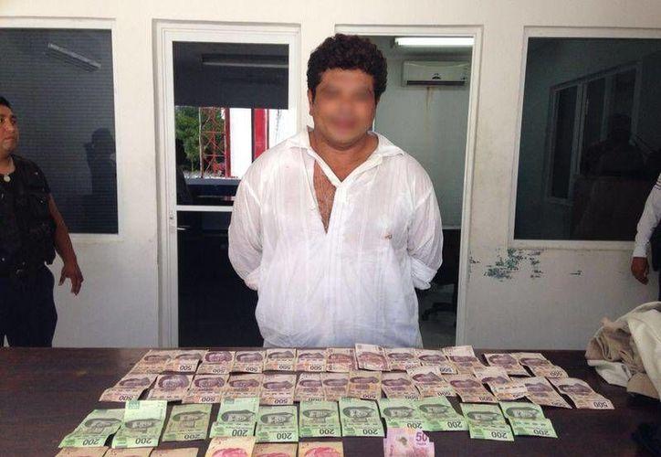 El presunto responsable que se había apoderado de dinero en efectivo fue detenido por agentes de la policía municipal a bordo de un taxi. (Rossy López/SIPSE)