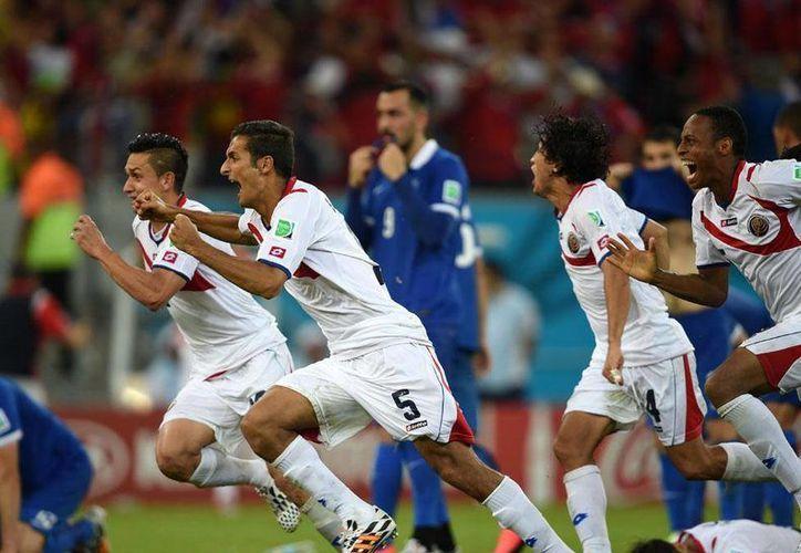 La selección de Costa Rica aseguró su pase a cuartos de final derrotando a Grecia, en un cardiaco duelo que se tuvo que definir desde el manchón penal. (fedefutbolcr.com)