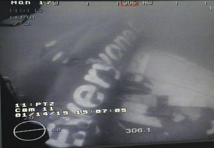 Imagen que muestra los restos del vuelo de AirAsia tendido en el suelo marino en el mar de Java. (Agencias)