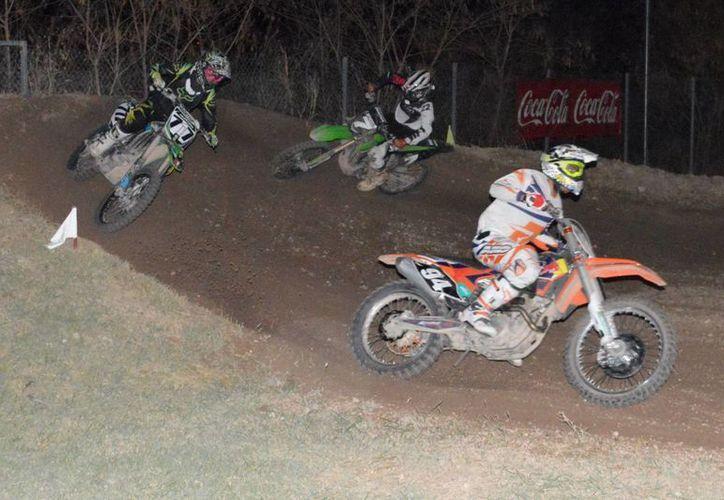 La primera carrera de motocross nocturna se realizó en la Unidad de Deporte Extremo de Dzityá. (Milenio Novedades)