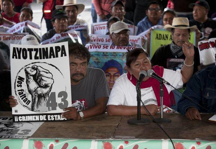 Los padres de los 43 normalistas de Ayotzinapa mantuvieron una reunión de dos horas con el Presidente. Después del encuentro, rechazaron la creación de una fiscalía especializada en desapariciones forzadas, propuestas por el mandatario. (AP)
