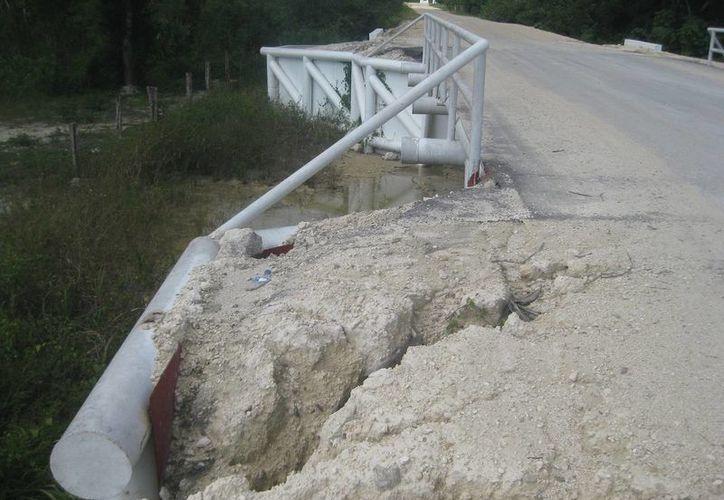 Enormes grietas han comenzado a invadir el carril de tránsito e incluso en la base de la infraestructura metálica. (Javier Ortíz/SIPSE)