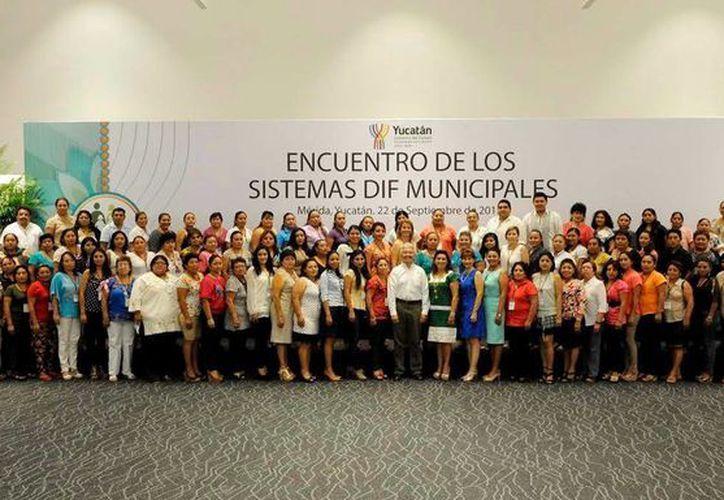 Representantes de los DIF municipales se reunieron la titular estatal, Sara Blancarte, en el Centro de Convenciones Yucatán Siglo XXI para llegar a acuerdos. (SIPSE)