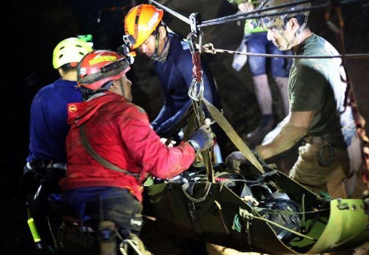 Labores de rescate de los niños atrapados en gruta de cuevas en Tailandia. (Internet)