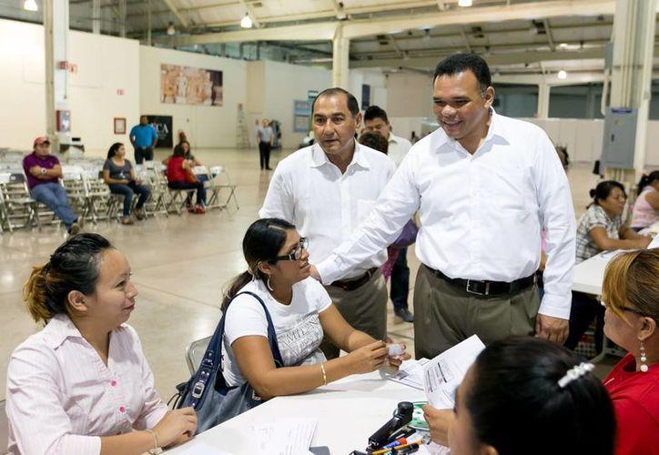 El Instituto de Becas y Crédito Educativo del Estado (Ibecey) entrega apoyos a alumnos desde segundo de primaria hasta el nivel superior. En la foto, el gobernador Rolando Zapata convive con beneficiados. (Foto cortesía del Gobierno de Yucatán)