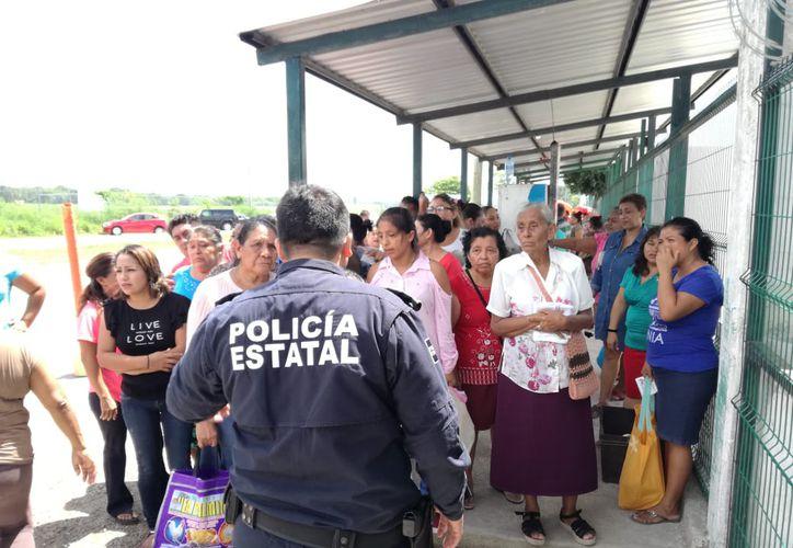 Una larga fila se formó ayer a las puertas del Cereso de Chetumal, pues el ingreso de los familiares de los internos era de cinco en cinco. (Daniel Tejada/SIPSE)