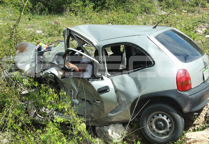 Un sujeto que manejaba ebrio un auto Fiesta, tras asistir a unos XV años en Celestún, invadió el carril contrario y colisionó contra un Chevy, cuyo conductor murió. (SIPSE)