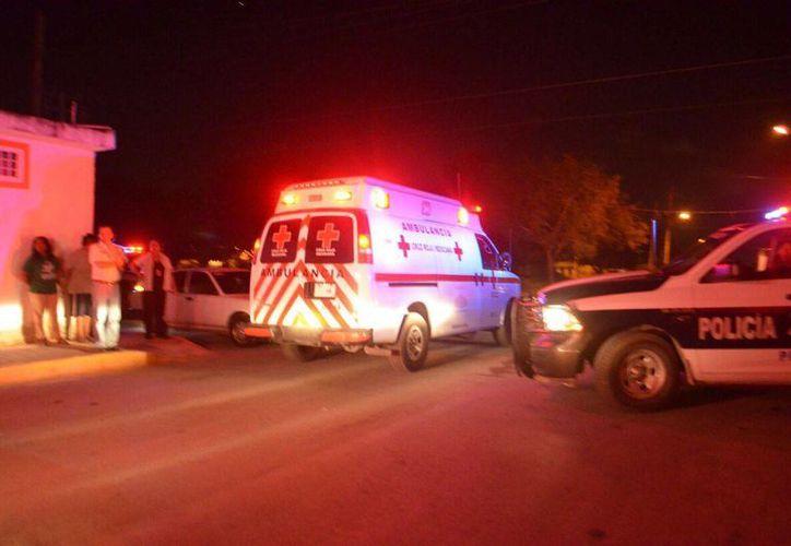Autoridades policías y paramédicos acudieron al lugar de los hechos. (Eric Galindo/SIPSE)