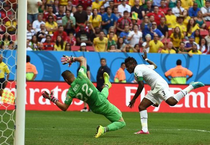 El ghanés Asamoah Gyan conectó con la cabeza y metió el gol del 1-1 provisional. Más tarde Cristiano Ronaldo hizo el 2-1 definitivo. (Foto: AP)