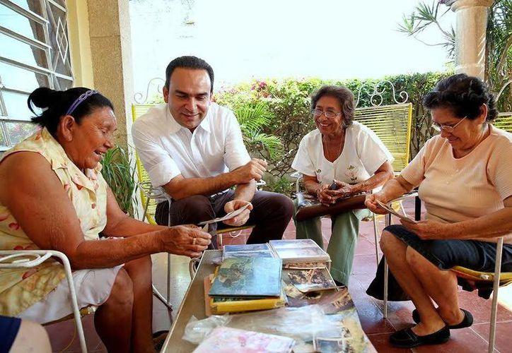 El precandidato del PRI a la Alcaldía de Mérida, Nerio Torres Arcila, observó con atención las fotografías. (Milenio Novedades)