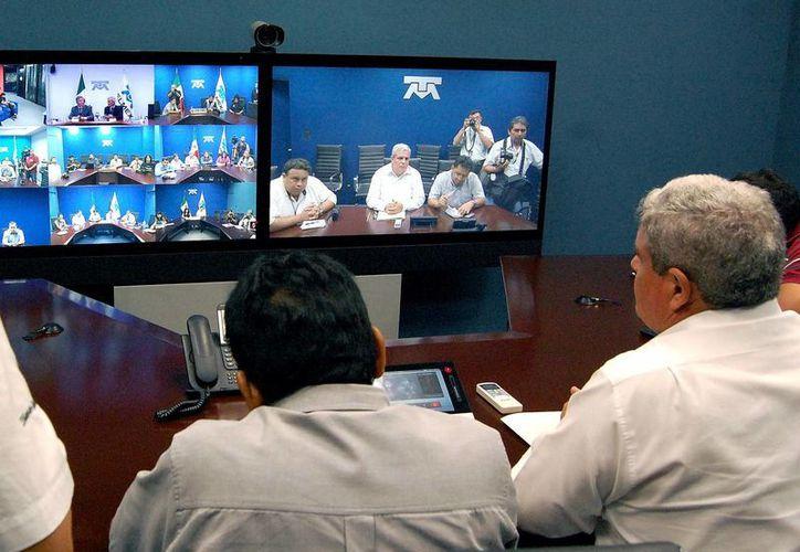 La firma del convenio entre Telmex y el MIT se transmitió en vivo desde la sala de Telepresencia. (Wilbert Arguelles/SIPSE)